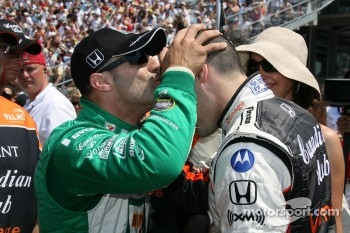 Tony Kanaan congratulates Andretti Green Racing teammate Dario Franchitti on his provisional pole-winning run as Franchitti's wife, Ashley Judd, looks on