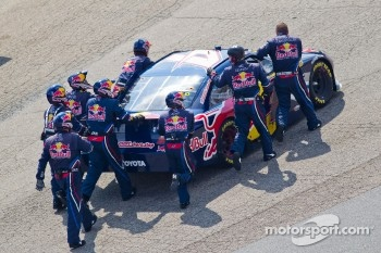 Kasey Kahne, Red Bull Racing Team Toyota heads to the garage