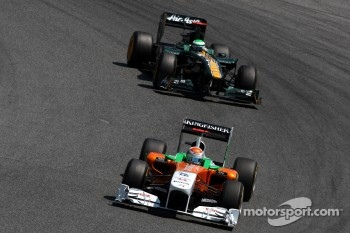 Adrian Sutil, Force India F1 Team leads Heikki Kovalainen, Team Lotus