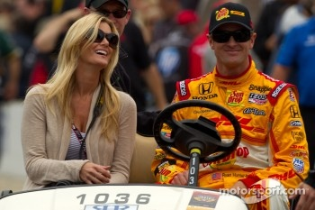 Pit stop challenge: Ryan Hunter-Reay, Andretti Autosport with girlfriend Beccy