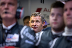 Tom Kristensen watches the last minutes of the race