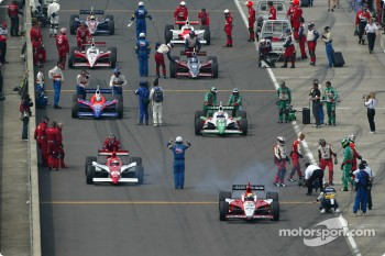 Dan Wheldon leads the field to pace laps
