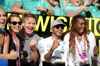 Formula 1 Foto - Il vincitore Lewis Hamilton, Mercedes AMG F1 festeggia con  Nico Rosberg, Mercedes AMG F1; Lindsey Vonn, sciatore; Gordon Ramsey, Celebrity Chef; Venus Williams, tennista; e il team