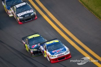Mark Martin, Hendrick Motorsports Chevrolet and Jeff Gordon, Hendrick Motorsports Chevrolet lead the field