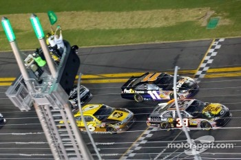 Ryan Newman, Stewart-Haas Racing Chevrolet and Denny Hamlin, Joe Gibbs Racing Toyota lead the field on a restart