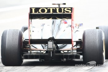 The old Renault diffuser on the car of Vitaly Petrov, Lotus Renault GP