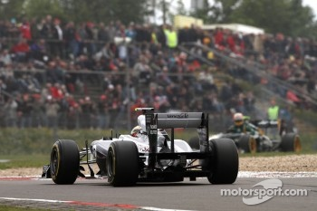 Pastor Maldonado, Williams F1 Team and Karun Chandhok, test driver, Lotus F1 Team