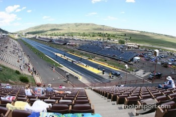 Fans start to file into Bandimere Speedway