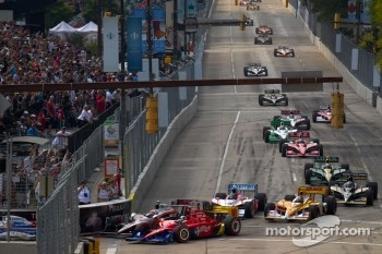 Start: Ryan Briscoe, Team Penske and Dario Franchitti, Target Chip Ganassi Racing battle
