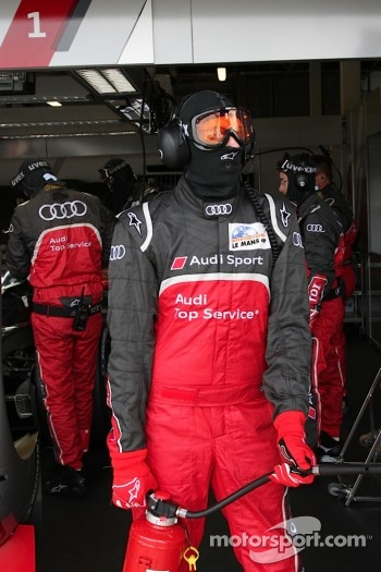 #2 Audi Sport North America Audi R18 TDI: Stands ready with a fire hose