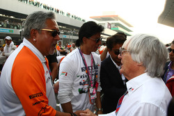 Vijay Mallya, Force India F1 Team Owner and Bernie Ecclestone (GBR)
