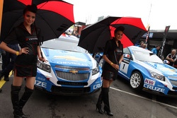 Robert Huff, Chevrolet Cruze 1.6T, Chevrolet and with Yokohama girls