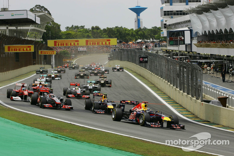Sebastian Vettel, Red Bull Racing leads the start of the race