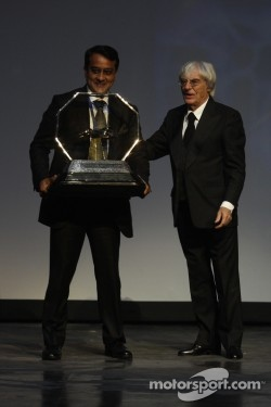 FOM President Bernie Ecclestone presents Sameer Gaur with the Formula One Promotional Promoter trophy