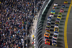 Start: Jamie McMurray, Earnhardt Ganassi Racing Chevrolet and Martin Truex Jr., Michael Waltrip Racing Toyota lead the field