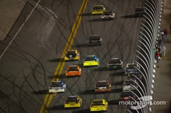 Matt Kenseth, Roush Fenway Racing Ford leads the field in the last lap