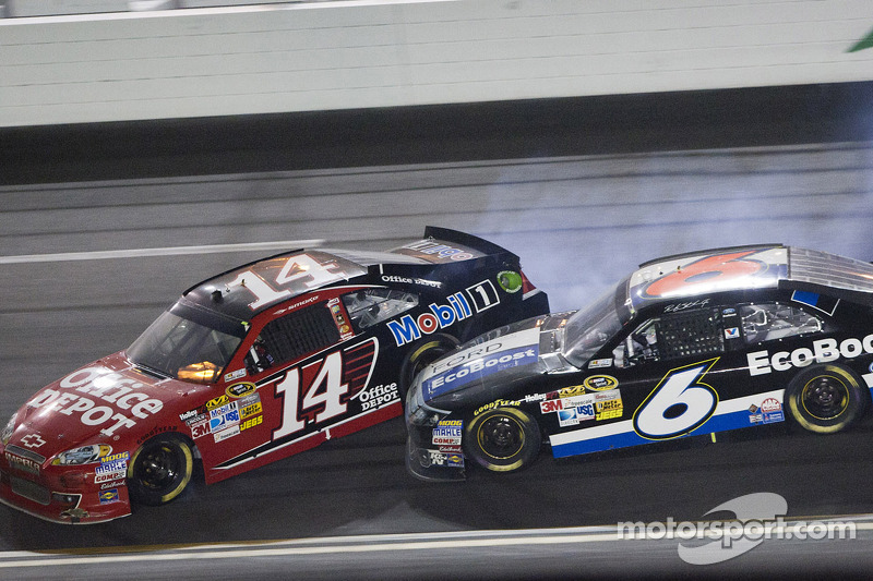 Tony Stewart, Stewart-Haas Racing Chevrolet and Ricky Stenhouse Jr., Roush Fenway Racing Ford crash