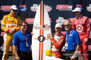 Podium: race winner Helio Castroneves, Team Penske Chevrolet, second place Scott Dixon, Target Chip Ganassi Racing Honda, third place Ryan Hunter-Reay, Andretti Autosport Chevrolet