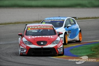Gabriele Tarquini, SEAT Leon WTCC, Lukoil Racing Team and Pepe Oriola, SEAT Leon WTCC, Tuenti Racing Team