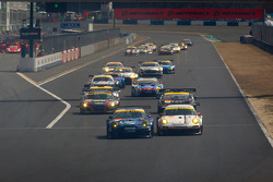 GT300 start: #911 Team Taisan Endless Porsche 997 GT3: Kyosuke Mineo, Naoki Yokomizo and #33 Hankook KTR Porsche 911 GT3 R: Masami Kageyama, Tomonobu Fujii battle