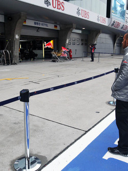 Lewis Hamilton, McLaren Mercedes looks at the Red Bull Racing garage