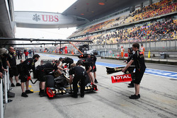 Kimi Raikkonen, Lotus replaces a front wing in the pits