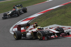 Pedro de la Rosa, HRT F1 Team leads Heikki Kovalainen, Caterham F1 Team