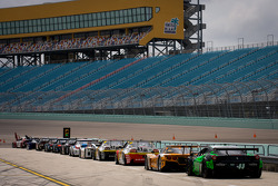 Cars wait for the start of the session on pitlane