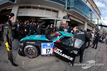 Pit stop for #17 Vita4one Racing Team BMW Z4 GT3: Mathias Lauda, Frank Kechele, Pedro Lamy, Ricardo van der Ende