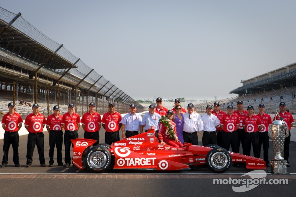 Winners photoshoot: Dario Franchitti, Target Chip Ganassi Racing Honda with Chip Ganassi and the Target Chip Ganassi Racing team