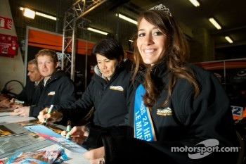 Autograph session: Miss 24 Hours of Le Mans 2012
