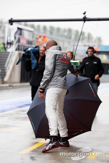 Lewis Hamilton, McLaren loses control of his umbrella in the pits