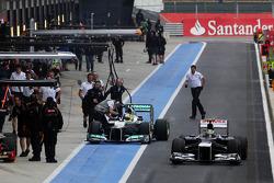 Bruno Senna, Williams and Nico Rosberg, Mercedes AMG F1 in the pits