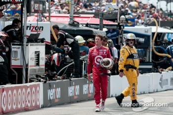 Scott Dixon walks back after a mechanical failure