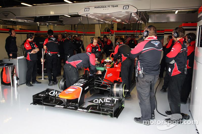 Rio Haryanto, Marussia F1 Team Test Driver in the pits