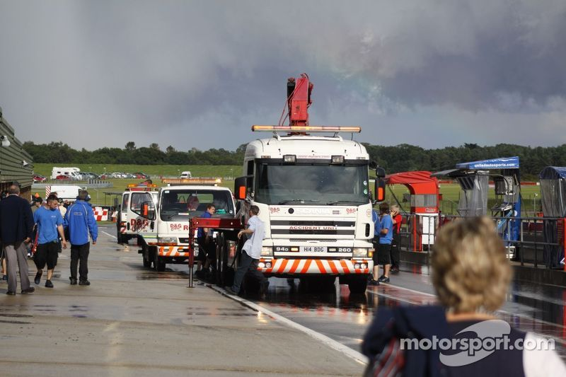 Breakdown trucks in the pitlane
