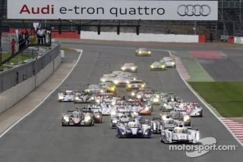 Start: #1 Audi Sport Team Joest Audi R18 e-tron quattro: Andre Lotterer, Benoit Trluyer, Marcel Fssler leads