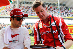 Felipe Massa, Ferrari with Rob Smedley, Ferrari Race Engineer on the grid