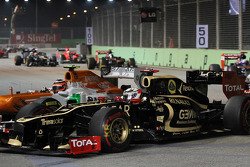 Kimi Raikkonen, Lotus F1 and Nico Hulkenberg, Sahara Force India F1 battle for position