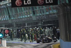 Vitaly Petrov, Caterham stops after his pit stop