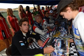 Autograph session, Pepe Oriola, SEAT Leon WTCC, Tuenti Racing Team