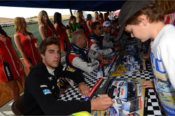 Autograph session, Pepe Oriola, SEAT Leon WTCC, Tuenti Racing Team