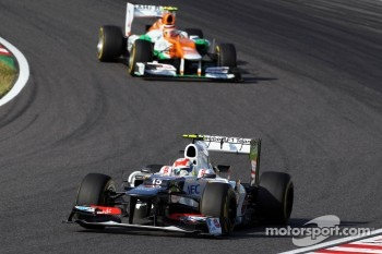 Sergio Perez, Sauber leads Nico Hulkenberg, Sahara Force India F1