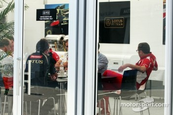A teams' meeting in the Lotus F1 Team building