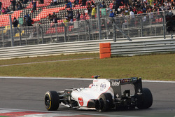 Kamui Kobayashi, Sauber with punctured tyre at the start of the race