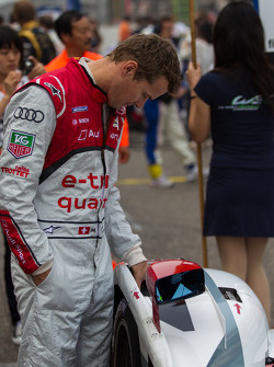 Marcel Fässler inspecting the tires of his e-tron quattro
