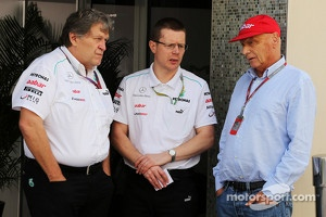 At left Norbert Haug, at right Niki Lauda.