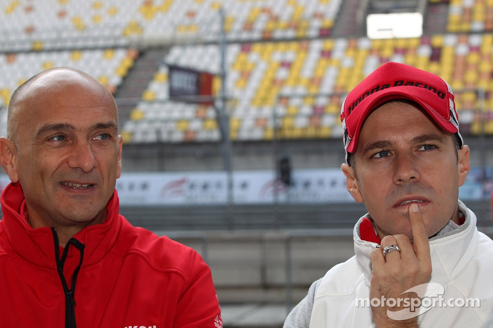 Gabriele Tarquini, SEAT Leon WTCC, Lukoil Racing Team and Tiago Monteiro, Honda Civic Super 2000 TC, Honda Racing Team Jas