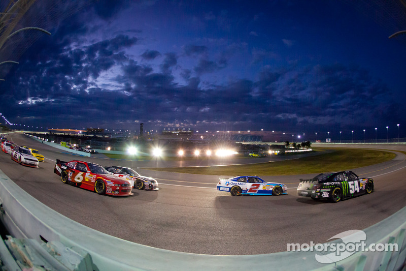 Kyle Busch, Kyle Busch Motorsports Toyota and Elliott Sadler, Richard Childress Racing Chevrolet lead the field