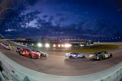 Kyle Busch, Kyle Busch Motorsports Toyota and Elliott Sadler, Richard Childress Racing Chevrolet lead the field